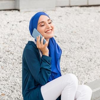 Superbe fille parlant au téléphone