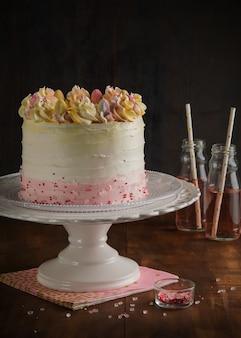 Superbe gâteau de couche avec un décor de printemps. valentin et fête des mères, concept de pâques.