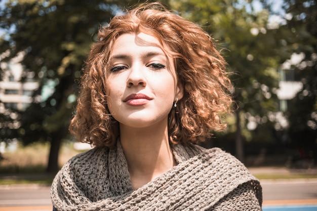 Superbe jeune femme dans le parc