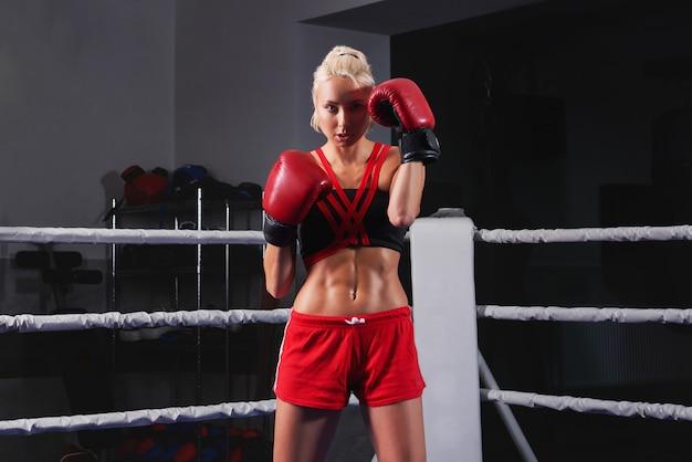 Superbe jeune femme forte et en forme de boxe d'entraînement