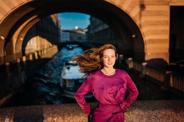 Superbe jeune femme rousse aux cheveux flottant