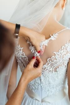 Superbe mariée en robe blanche se prépare pour la cérémonie de mariage