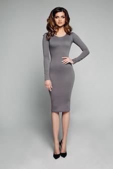 Superbe modèle mince en robe grise skinny