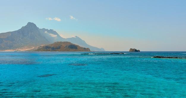 Superbe paysage marin de la mer bleue sur fond de falaises et d'un ciel sans nuages. le concept de voyage, de loisirs, de tourisme.