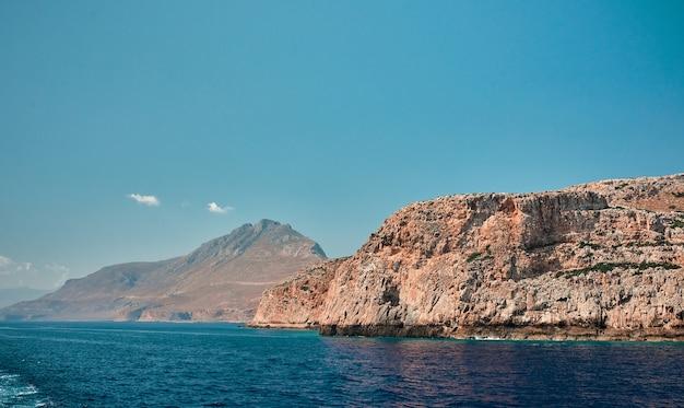 Superbe paysage marin de la mer bleue sur fond de falaises et d'un ciel sans nuages.
