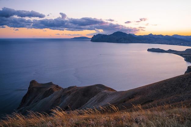 Superbe paysage de montagne dans les rayons du coucher du soleil de la côte de la mer et des montagnes de crimée