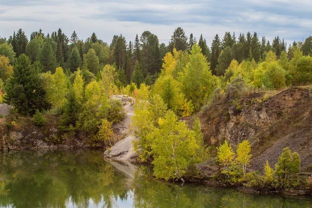 Superbe photo de feuillage d'automne reflété sur un lac avec un verre comme une surface d'eau miroir.