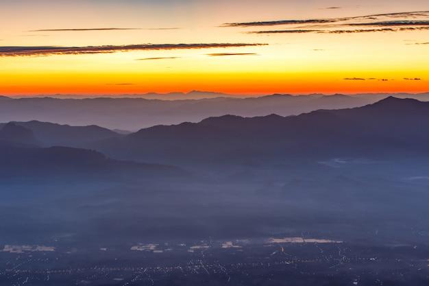 Superbe vue sur le brouillard à doi luang chiang dao, haute montagne dans la province de chiang mai, thaïlande