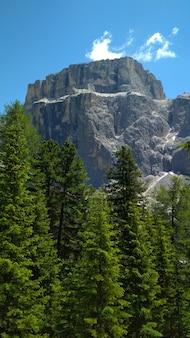 Superbe vue sur le haut de la chaîne cadini di misurina dans le parc national tre cime di lavaredo.