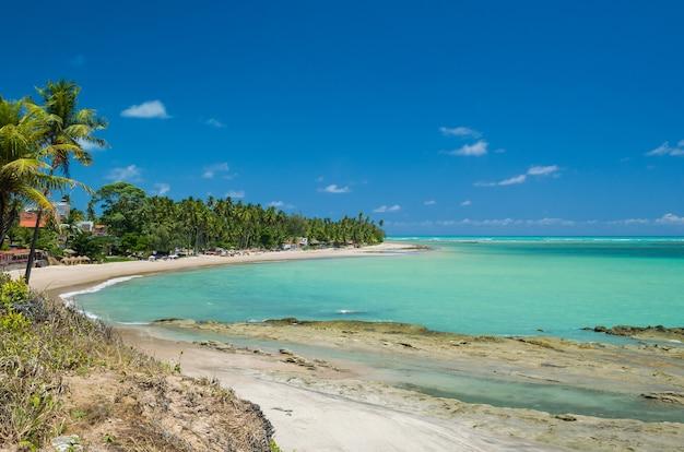 Superbe vue sur la plage de maragogi avec ses eaux bleues cristallines