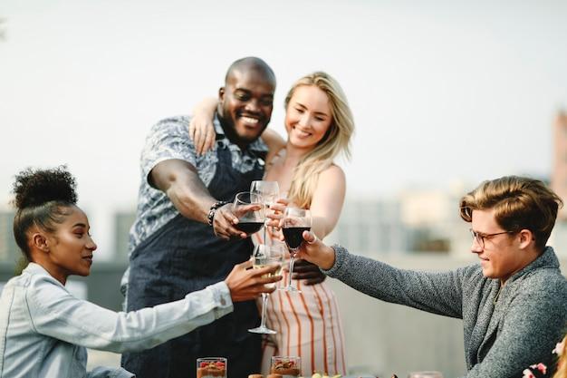 De superbes amis portant un toast à une fête d'été