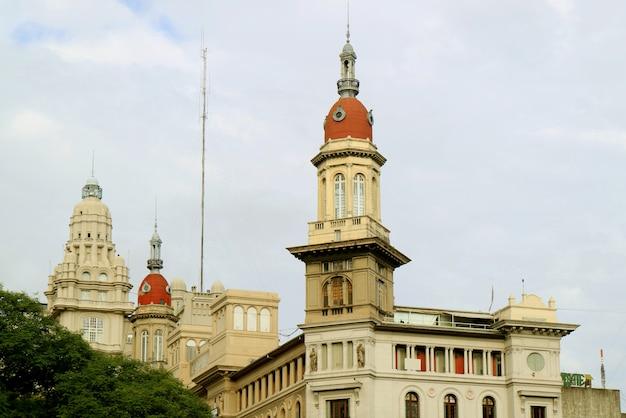 De superbes bâtiments sur l'avenue avenida de mayo à buenos aires en argentine
