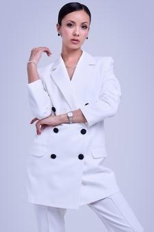 Superbes femmes latines en costume de mode blanc