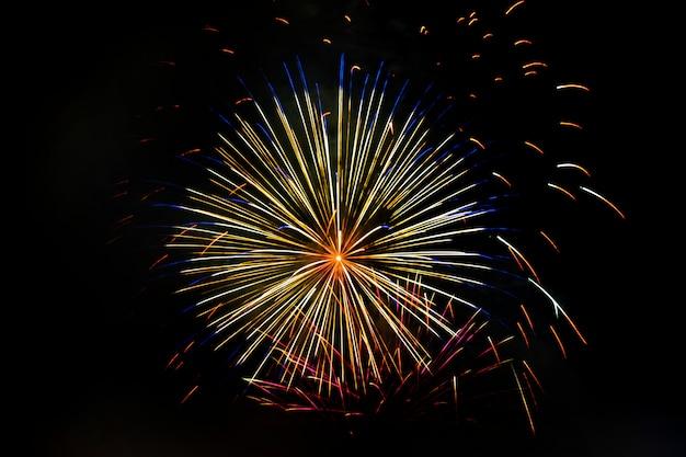 Superbes feux d'artifice festifs isolés sur un fond sombre