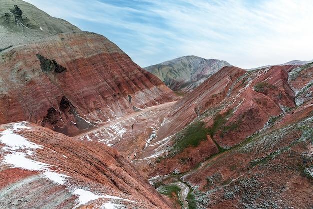 Superbes montagnes rouges à rayures en hiver
