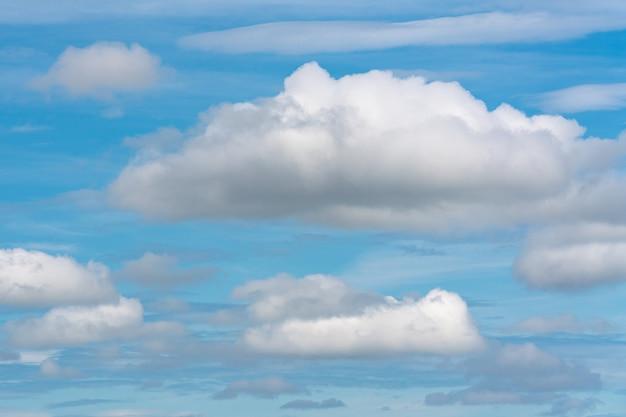 De superbes nuages d'été flottant à travers le ciel bleu ensoleillé pour changer le temps. beau cloudscape, vue sur fond de météorologie naturelle.