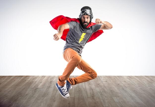 Superhero donnant un coup de poing sur fond coloré