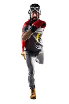 Superhero avec des gants de boxe qui courent rapidement