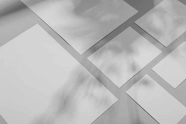 Superposition de brochure simpliste avec ombre de végétation