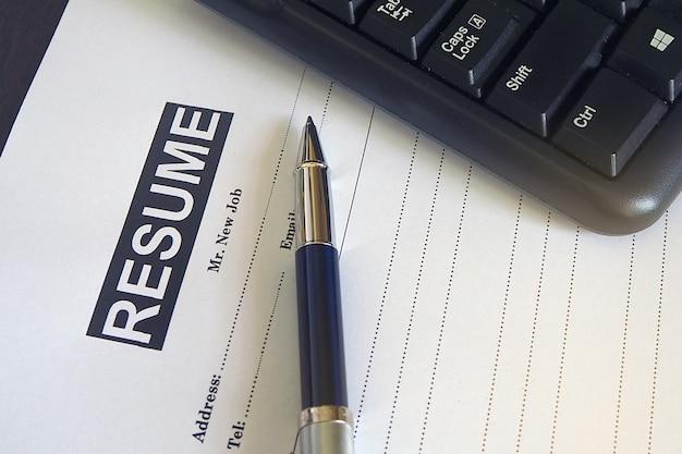 Superposition du clavier et du stylo sur le formulaire de demande d'emploi.