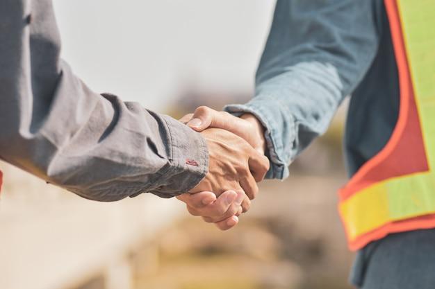 Superviseur, bâtiment, travail d'équipe, partenariat, geste, et, gens, concept, poignée main, sur, chantier construction
