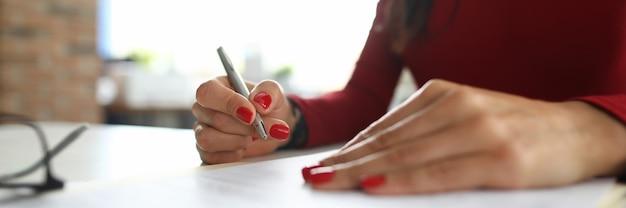 Superviseur femme prend des notes à la table