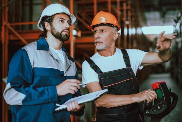 Superviseur et ouvrier d'entrepôt en cochant les cases