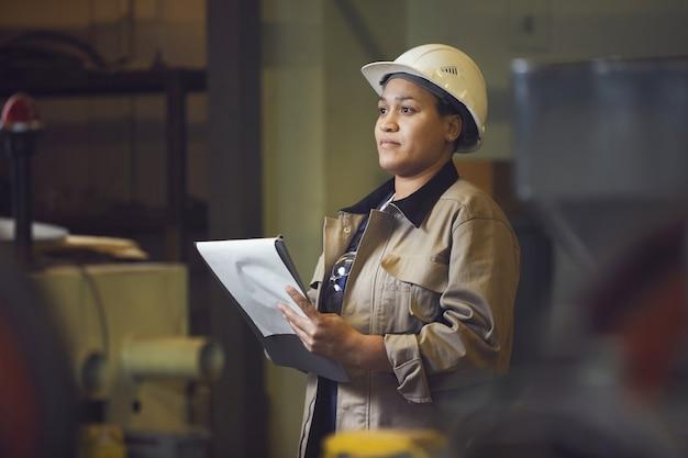 Superviseur d'usine femelle