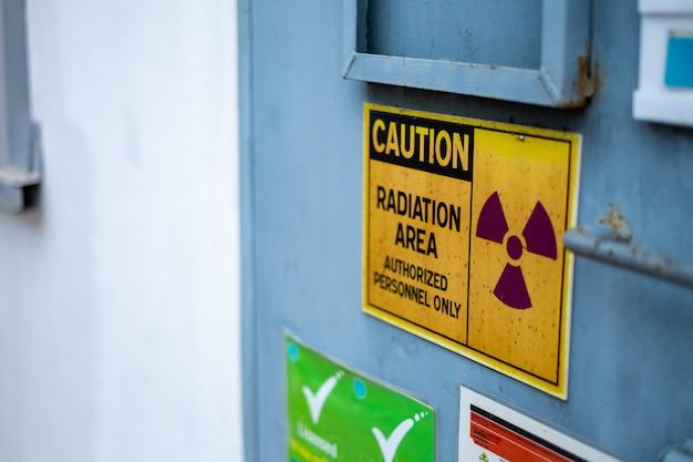 Le superviseur utilise le compteur de contrôle pour vérifier le niveau de rayonnement dans la zone radioactive