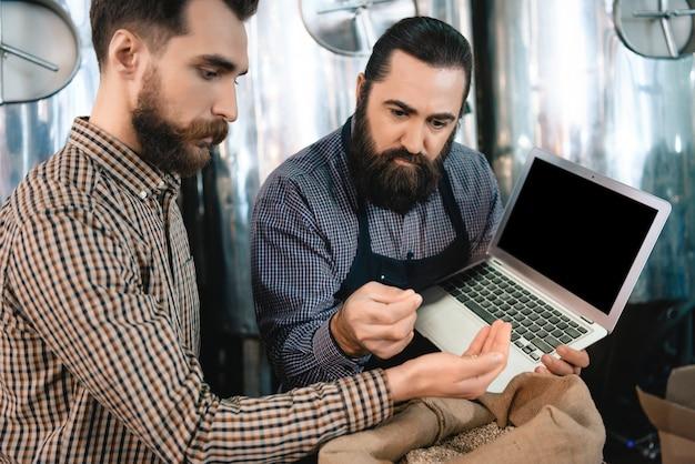 Les superviseurs examinent les grains de qualité d'orge.