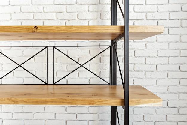 Support en bois moderne à l'intérieur du loft