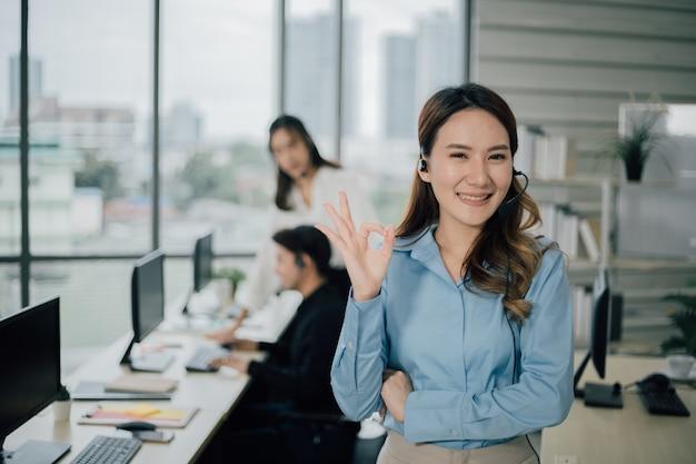 Support client avec casque montrant un geste correct