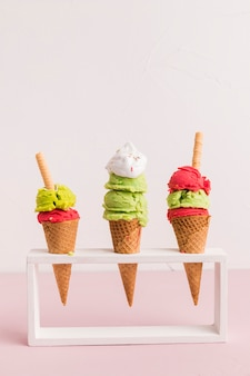 Support à cornets de glace rouges et verts