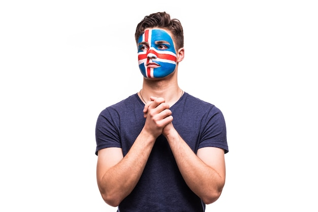 Support du ventilateur de l'équipe nationale d'islande prier avec visage peint isolé sur fond blanc