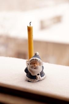 Support sous une bougie en forme de jouet father frost