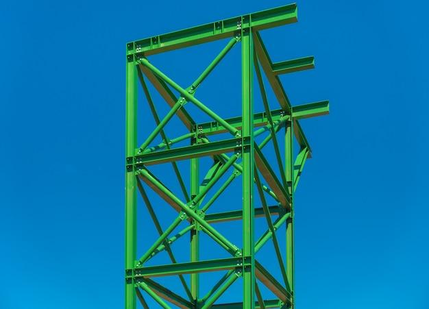 Support de structure en acier vert pour l'équipement sur le chantier.