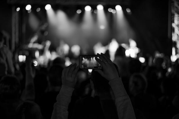 Supporters enregistrant au concert