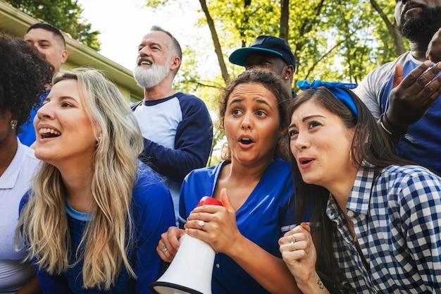 Les supporters de football inquiets regardent le match