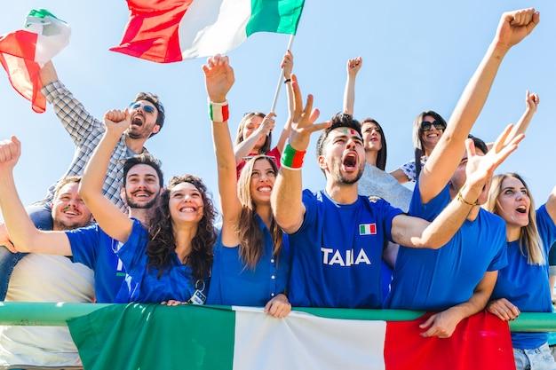 Supporters italiens célébrant au stade avec des drapeaux