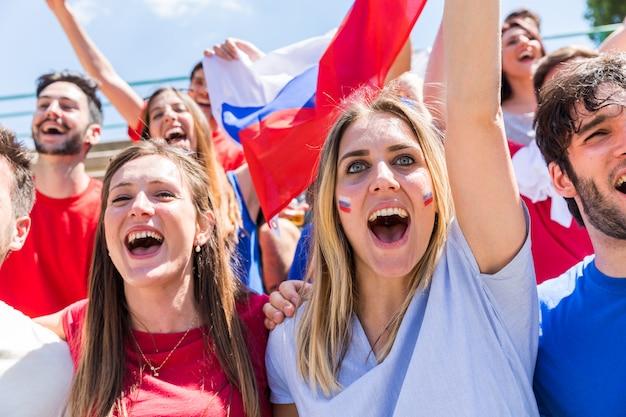 Supporters russes célèbrent au stade avec des drapeaux