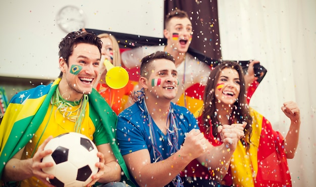 Supporteurs de football multinationaux célébrant le but