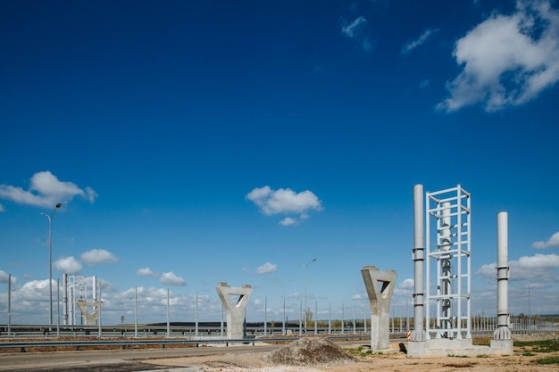 Des supports sont préparés pour la construction d'un passage pour piétons sur la route contre le ciel