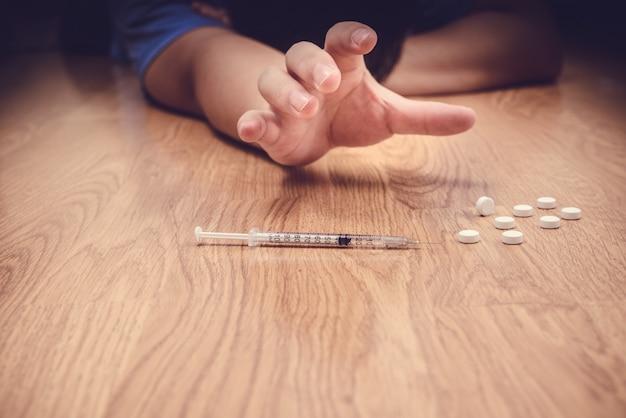 Surdosage mâle toxicomane main, seringue narcotique de médicaments