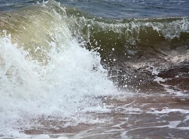 Surf de mer grande vague déferlante sur le littoral (fond nature)