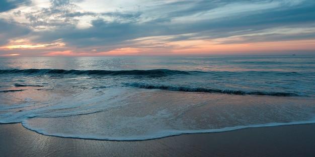Surf sur la plage, sayulita, nayarit, mexique