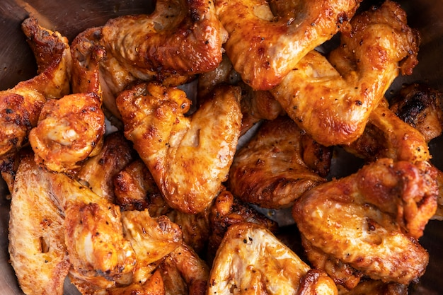 Surface d'ailes de poulet grillées. vue de dessus