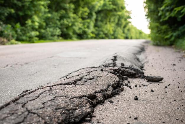 Surface d'asphalte déformée des grandes routes en raison de camions surchargés roulant pendant les chaudes journées d'été