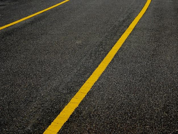 Surface asphaltée de la route avec des lignes abstraites