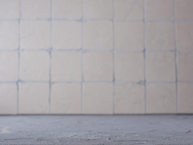 Surface en béton avec de vieux carreaux sur le mur