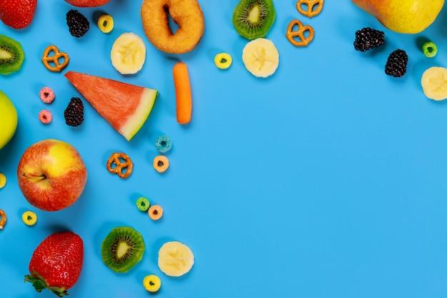 Surface bleue avec collation de fruits et légumes concept de nourriture saine.